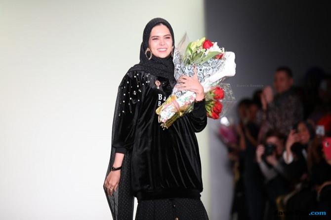 Pukau New York Fashion Week Dengan Kain Kalimantan, Ini Kata Desainer