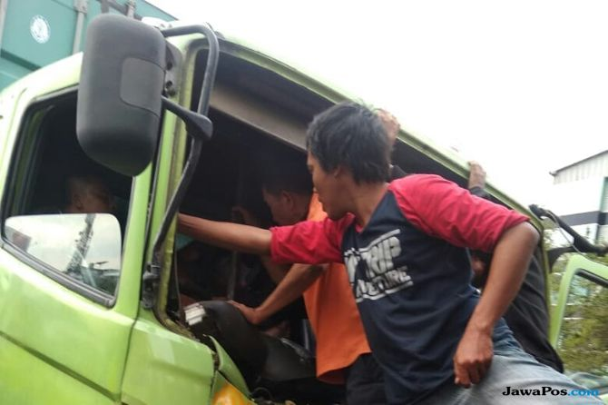 Rem Blong Sebabkan Dua Truk Kontainer Adu Banteng di Fly Over Tambora