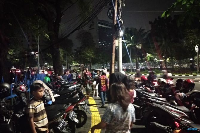 Sayang, Trotoar Lapangan Banteng Dipakai Parkir Liar