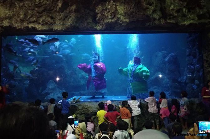 SeaWorld Suguhkan Penampilan Ondel-ondel Underwater Seberat 30 Kg