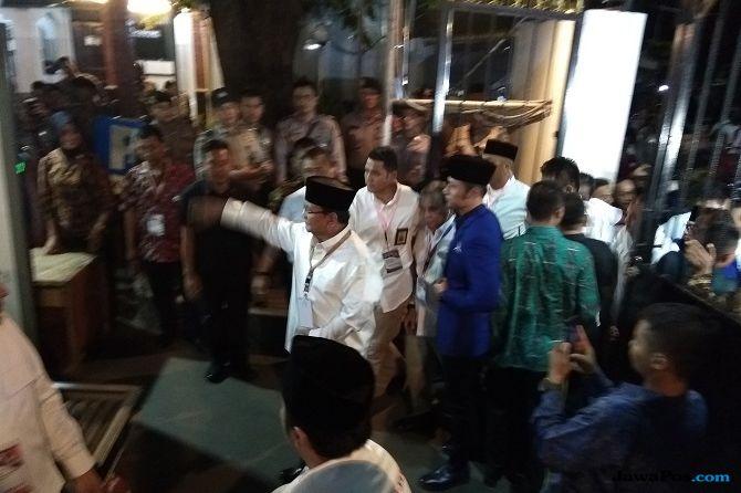 Serunya Sahut-Menyahut Massa PendukungJokowi Versus Prabowo di KPU