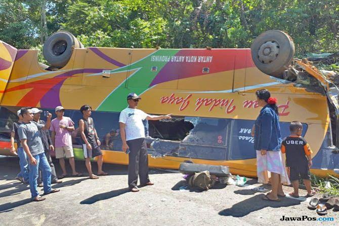 kecelakaan bus, bus terbalik, bus kalimantan selatan