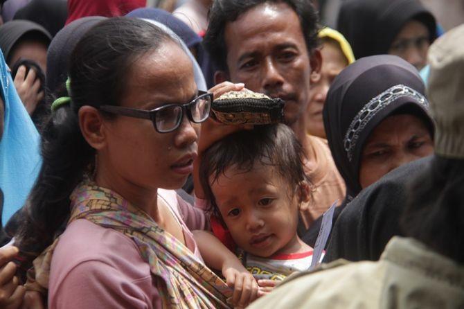Sri Rela Berdesakan Sambil Gendong Anak Demi Sembako dari Mensos