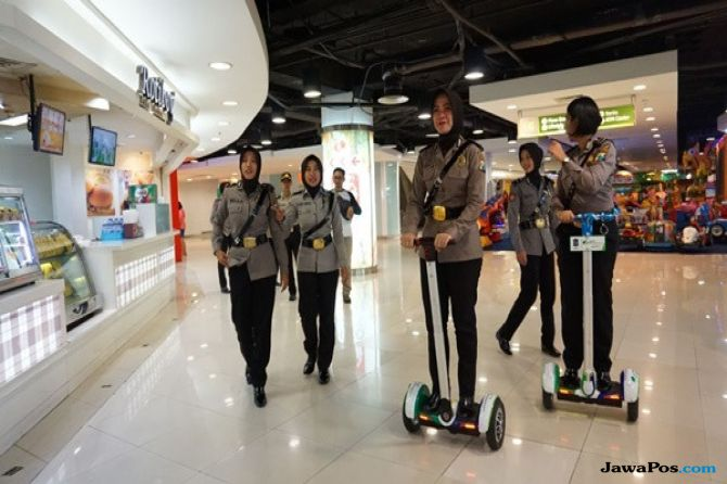 Srikandi Polwan Patroli Sisir Pusat Perbelanjaan dengan Segway