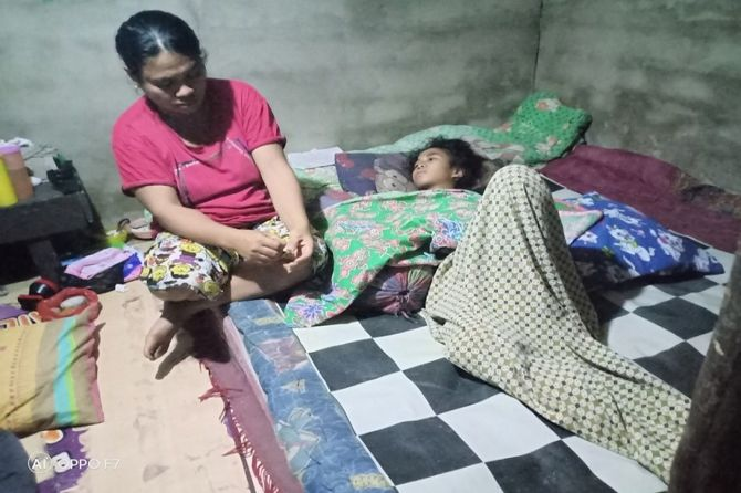 Tak Punya Ongkos Berobat ke Pontianak, Rosa Dibiarkan Kritis di Rumah