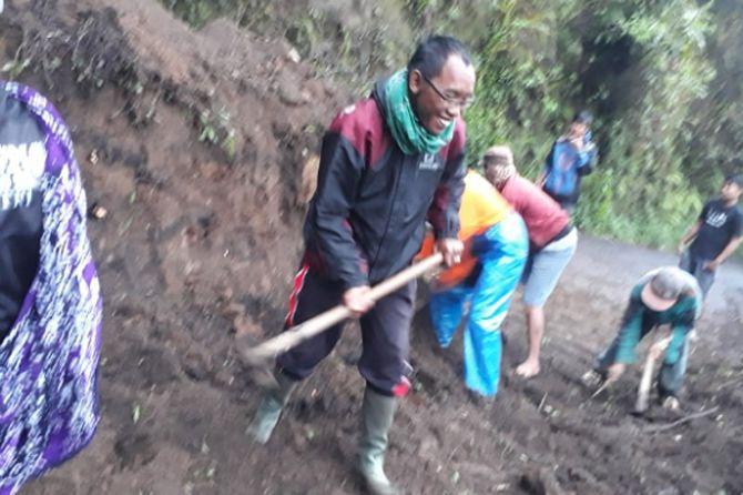 Tebing Setinggi 12 Meter Longsor, Akses ke Gunung Bromo Terganggu
