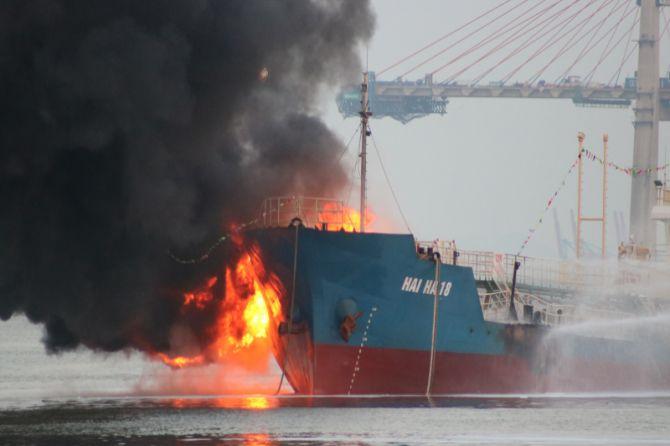 transfer minyak, kapal meledak, terbakar,
