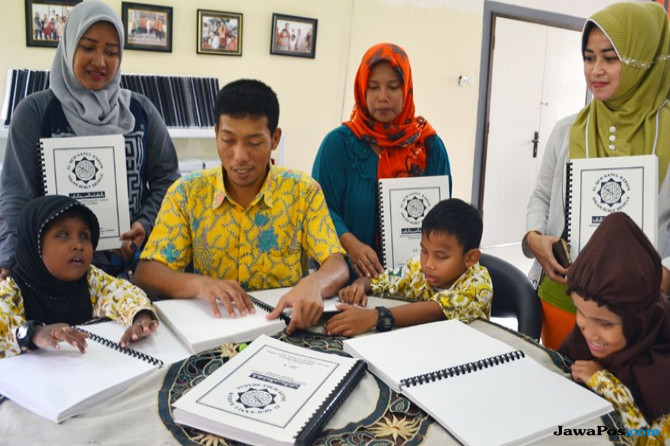 Tunanetra Belajar Quran Braille