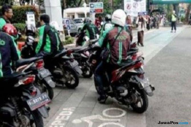 Viral Ojol Perempuan Pukul Pejalan Kaki, Baca Nih Aturan Soal Trotoar