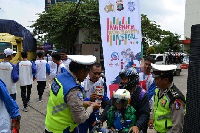 Wahana Kampanye Safety Riding Sambil Bagikan Helm Kepada Anak