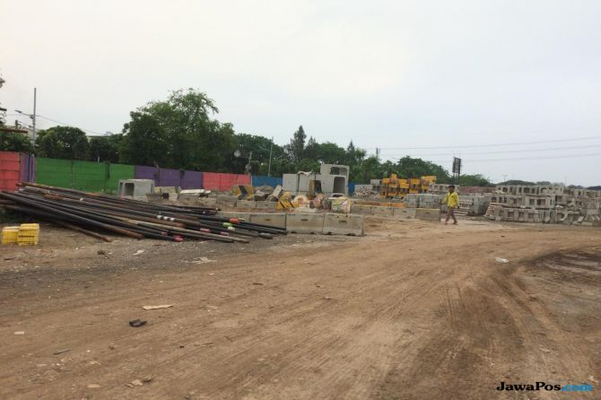 Warga Bobol Tembok Pembatas Lahan Stadion BMW Untuk Jalan Pintas