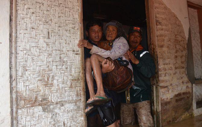 Aksi heroik Plt Bupati Trenggalek evakuasi banjir