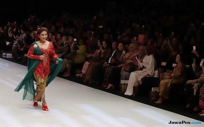 Sah Jadi Model, Menteri Susi Tunjukan Tato di Show Anne Avantie