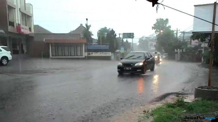 Antisipasi Bahaya Ini, Saat Berkendara di Musim Hujan