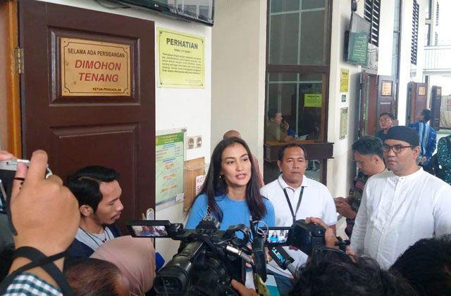 Atiqah Hasiholan Pasrah Penangguhan Penahanan Ibunya Ditolak Hakim