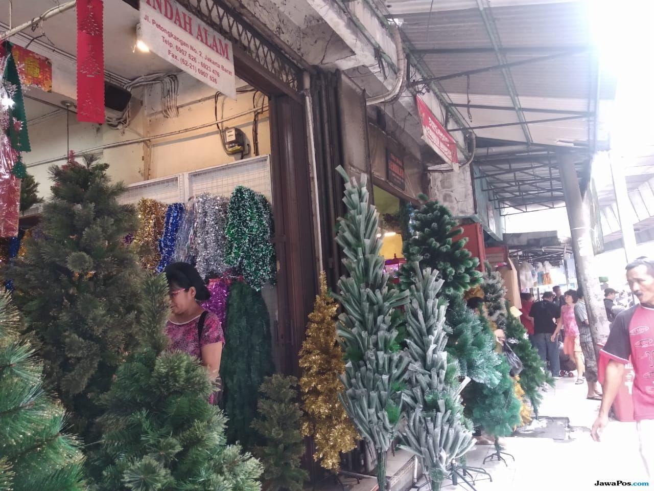 Belanja Pernak-Pernik Natal di Pasar Asemka, Murah Meriah
