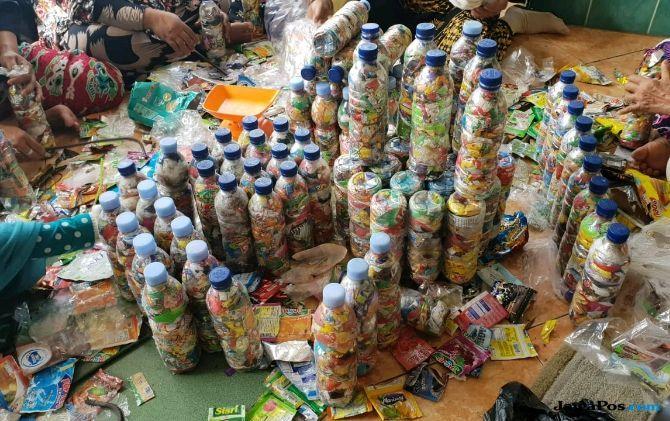 Berdayakan Istri Nelayan Untuk Daur Ulang Sampah Botol Plastik db93551ec8