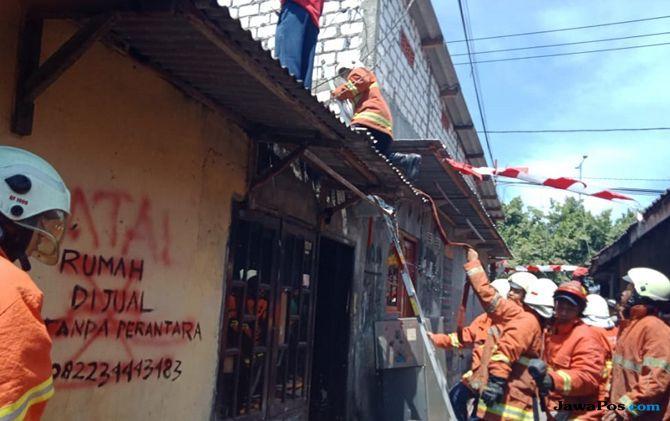 Diduga Korsleting Listrik, Sebuah Rumah di Jalan Tambak Asri Terbakar
