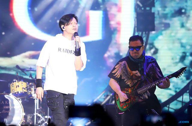 Gigi Tampil Mengguncang dengan 3 Drumer, 2 Bassist, dan 2 Gitaris