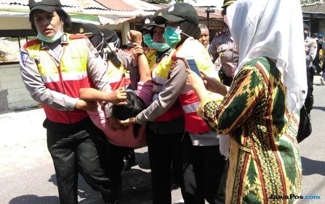 Halangi Proses Pembongkaran, Sejumlah Warga Diamankan Polisi