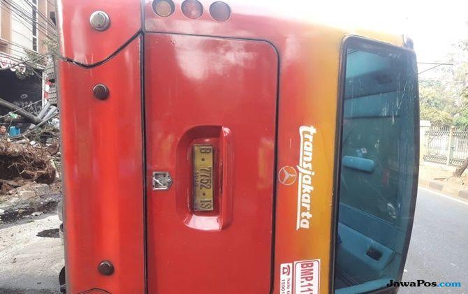 Hindari Kecelakaan dengan Motor, Bus TJ Terguling di Patal Senayan