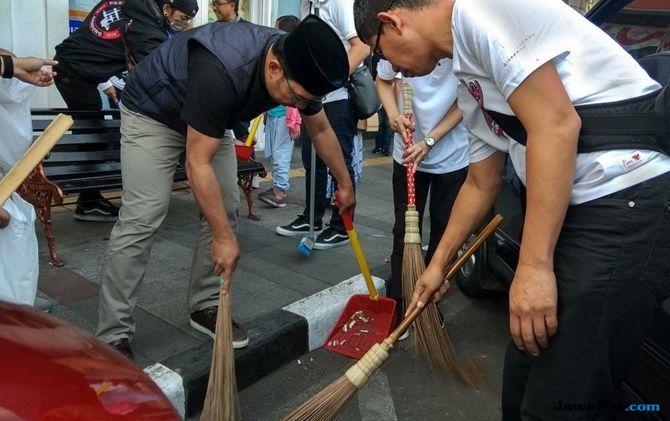 Inspirasi Warga, Kang Emil Nyapu dan Ngepel Jalanan di Kota Bandung