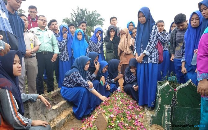 Isak Tangis Warnai Pemakaman Jenazah Korban Runtuhan Tembok Sekolah