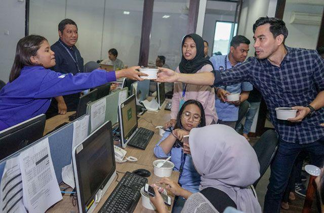 Jualan Rendang, Darius Sinathrya Grebeg Kantor Jawa Pos