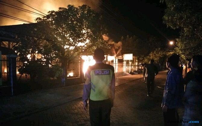 Korsleting Listrik, Sebuah Rumah di Bojonegoro Ludes Terbakar