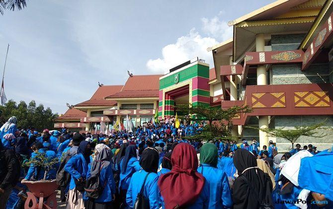 Mahasiswa Riau Tuntut Jokowi Diturunkan