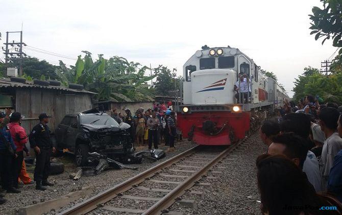 Pajero Sport ditabrak kereta api sritanjung di Pagesangan Surabaya.