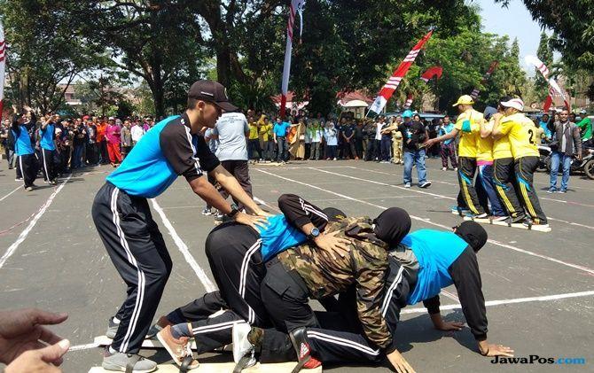 Meriahkan HUT Ke-73 RI, Ratusan ASN Pemkot Malang Lomba Bakiak Raksasa