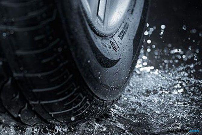 Mobil Slip Saat Hujan? Jangan Panik, Ini Caranya