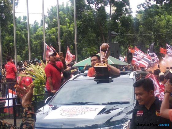 Panjat Pagar, Anies Sambut Kedatangan Persija Jakarta di Balai Kota