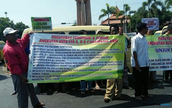 Puluhan Sopir Angkot di Tuban Gelar Aksi Tolak Ojol dan Angling