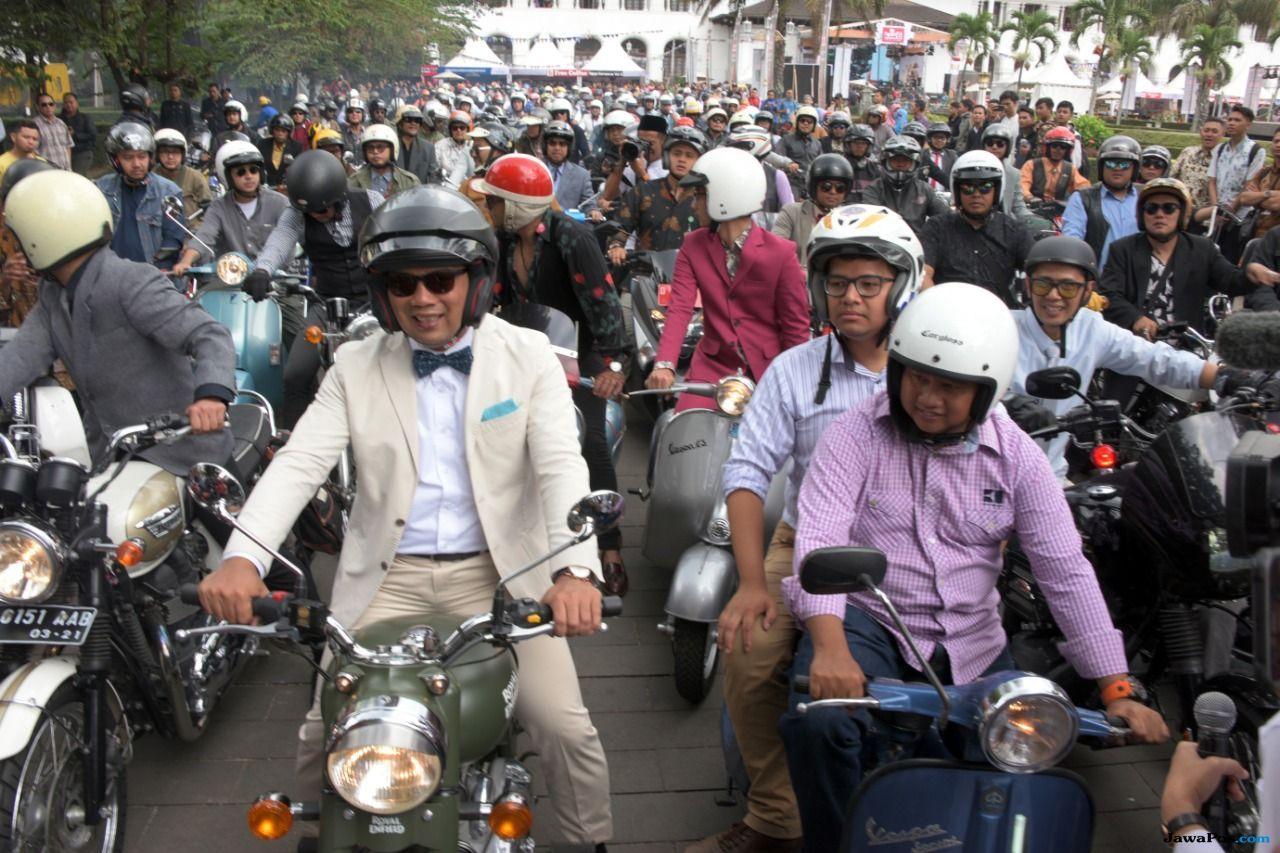 Ridwan Kamil Bareng David Naif Keliling Bandung Pakai Motor Jadul