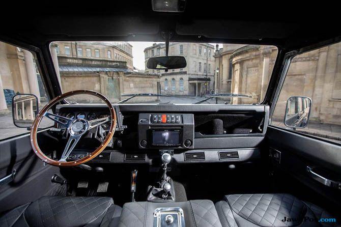 Saat Land Rover Lawas Berubah Jadi Mobil Penjelajah Tangguh Berkumis