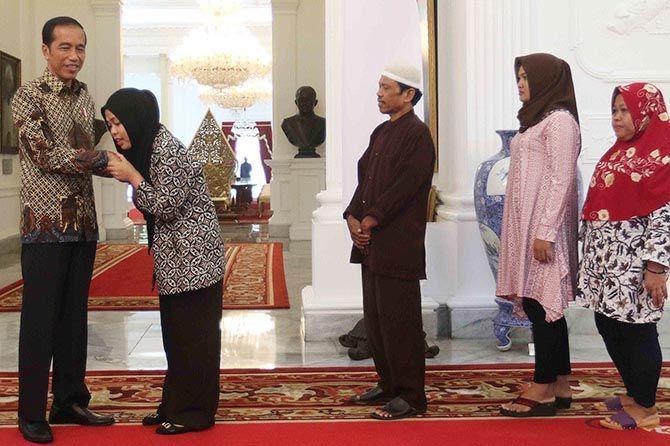 Sampai Kampung Halaman, Siti Aisyah Pingsan