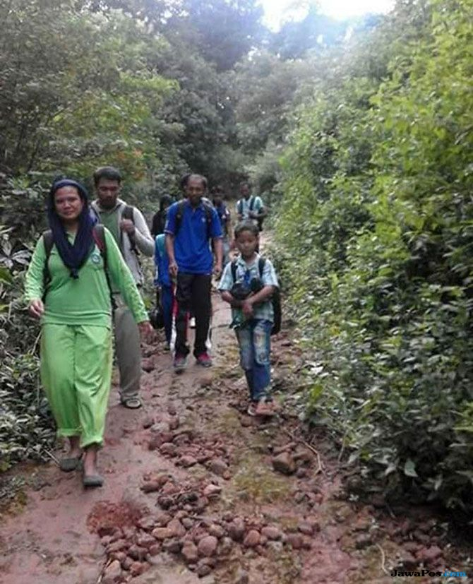 Satu Dekade Satriani Mendaki dan Melintasi Hutan untuk Bisa Mengajar