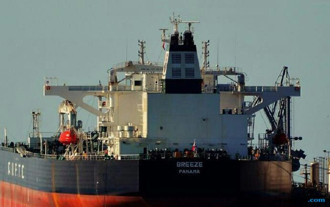 Tabrakan dengan Kapal Tanker Berbendara Panama, KM Makmur Tenggelam