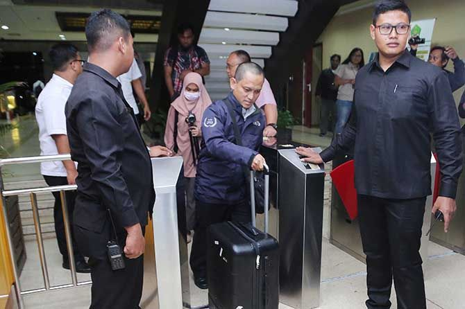 Usai Geledah Ruang Kerja Menteri Agama, Penyidik KPK Bawa Dua Koper